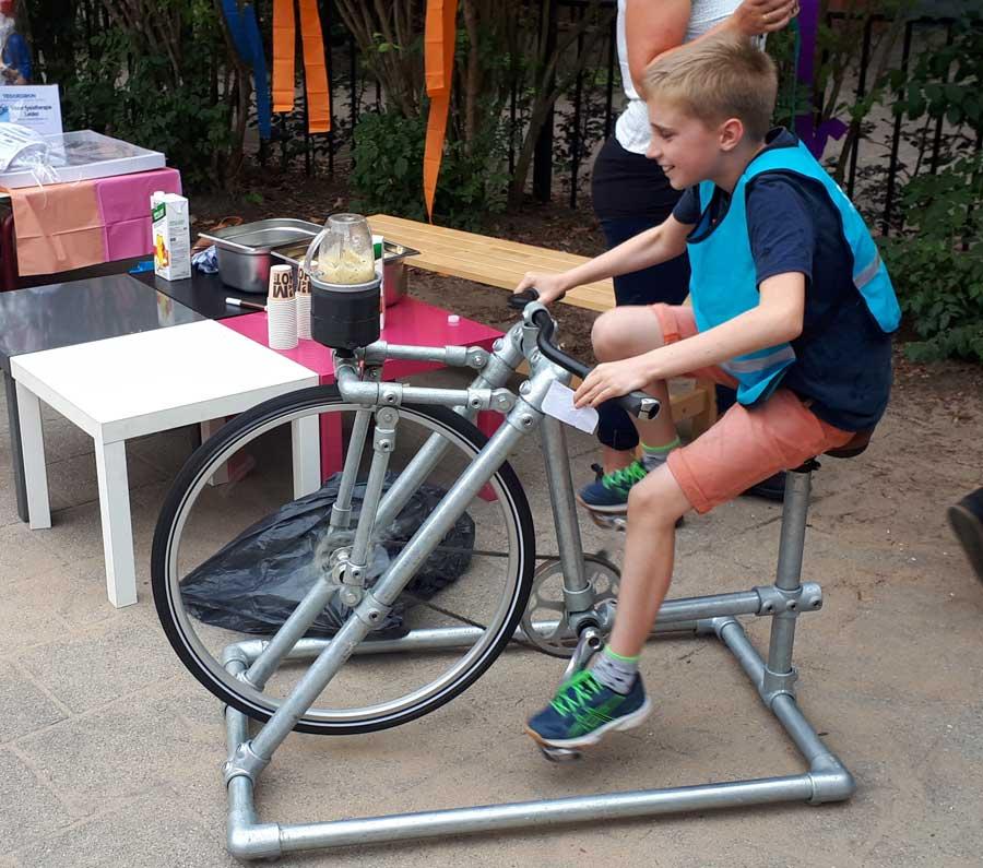 kind plezier op de smoothie fiets