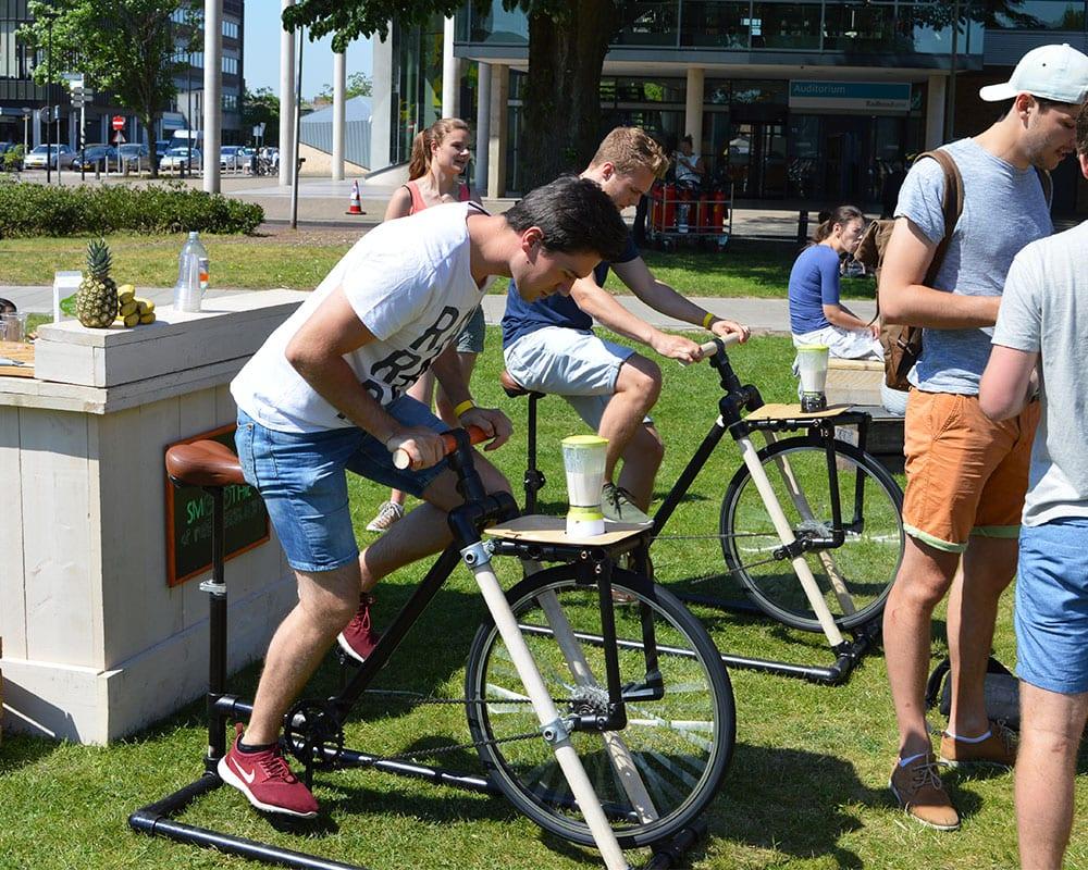smoothie fiets op het gras buiten bij school