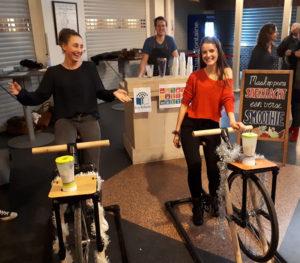 mensen die op een shakefiets fietsen voor een eigen smoothie.